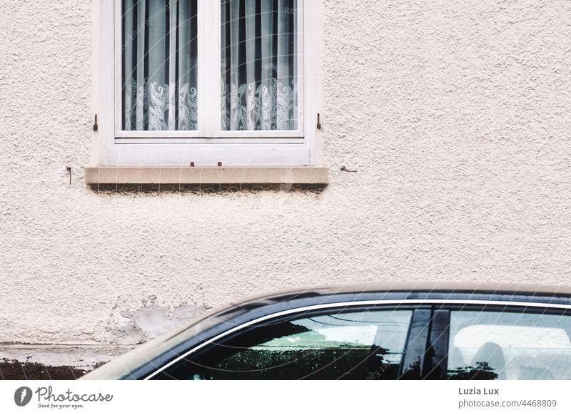 Ein Fenster mit altmodischer Gardine zur Straße, darunter das Dach eines geparkten Autos Autodach Vorhang Häusliches Leben Tag Dekoration & Verzierung Spitze