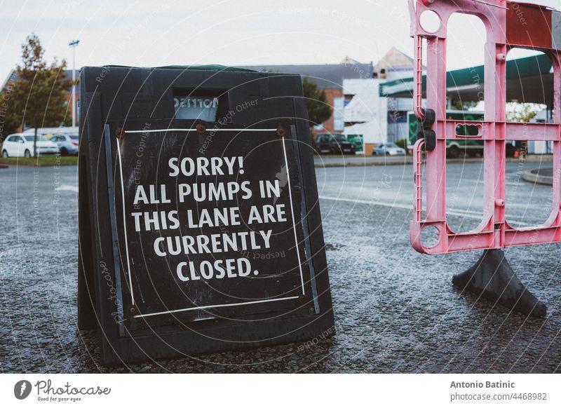 Schwarzes Schild vor einer Tankstelle in England. Petrol crysis wie es Kraftstoffknappheit im Land, die Menschen Schlange stehen an Tankstellen, um alle Kraftstoff noch zu bekommen