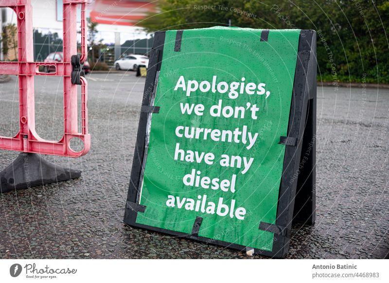 Grünes Schild, das sich in England für die Nichtverfügbarkeit von Dieselkraftstoff entschuldigt. Benzinkrise im Vereinigten Königreich, da das Land von Kraftstoffmangel betroffen ist und die Menschen im ganzen Land in Schlangen auf Kraftstoff warten
