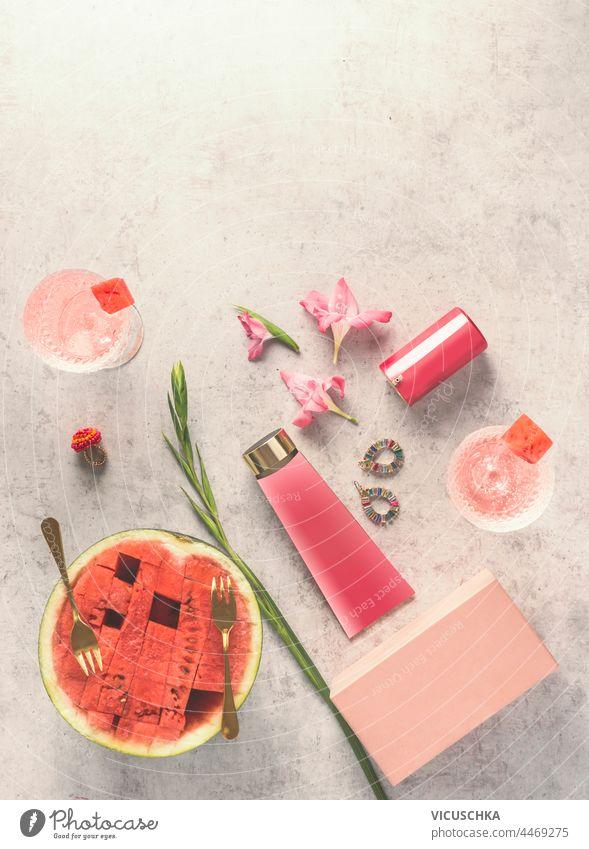 Wassermelone Kosmetik auf Tisch mit Früchten Cocktails, Draufsicht. Feuchtigkeitsspendende Hautpflege für das Gesicht. Schönheit Konzept Gesichtsbehandlung