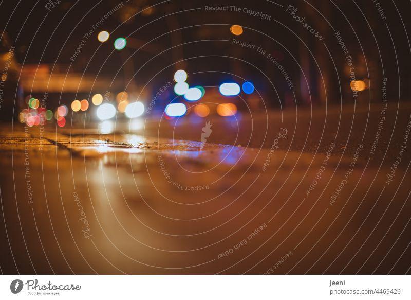 Stadt bei Nacht Stadtzentrum Nachtleben Straße Straßenverkehr Hauptstadt Verkehr Verkehrswege Licht Straßenbeleuchtung Blaulicht Verfolgung verfolgungsjagd