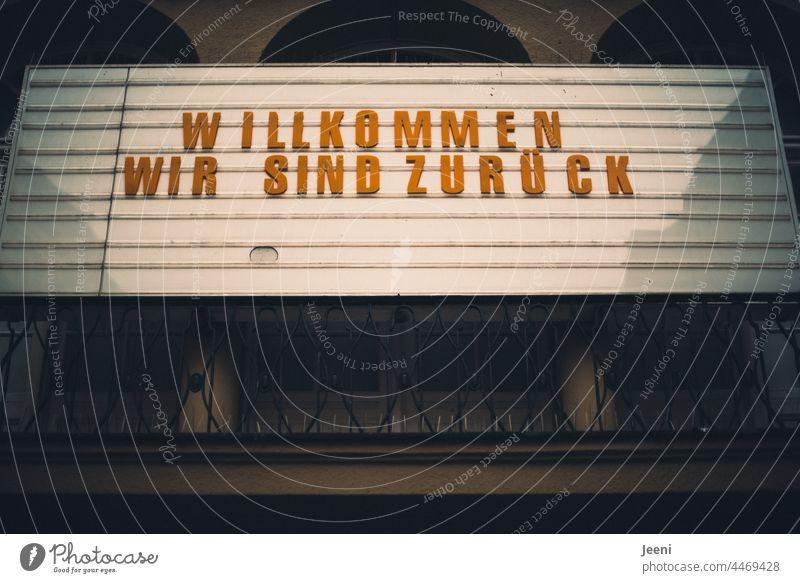 Willkommen - wir sind zurück Schriftzeichen Berlin Neukölln Kino Passage Wort Typographie Farbfoto Text Buchstaben Schilder & Markierungen Zeichen Kommunizieren