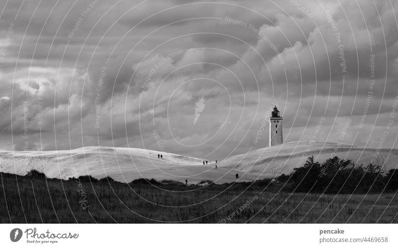 dänische dramaturgie Leuchtturm Wolken Landschaft Düne Wanderdüne schwarz weiß dramatisch Wetter Panorama Wanderdüne Rubjerg Knude Küste Nordsee Sand Dänemark