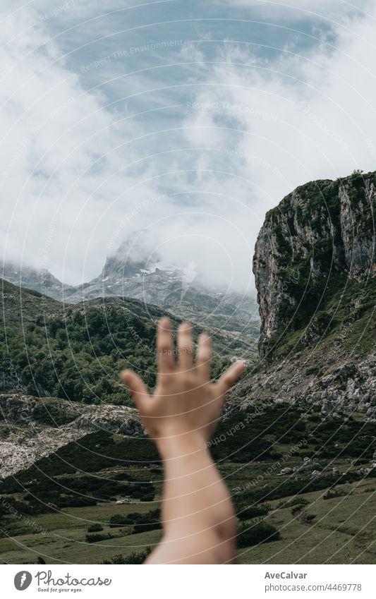 Tumblr Stil Bild Hand über Idyllische Berglandschaft in Spanien mit blühenden Wiesen im Frühling, Freiheit, Freiheit und Frieden Konzepte Landschaft Tapete
