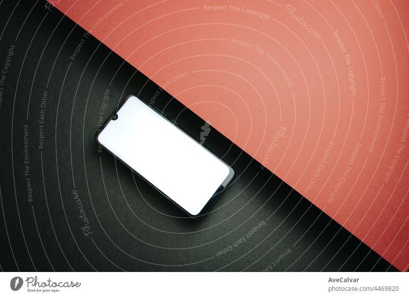 Draufsicht auf Handy-Bildschirm leere Vorlage auf schwarzem und rotem Hintergrund mit Kopie Raum, minimales Design, Formen, bunten Hintergrund, jungen Stil, Transgender-Flagge,