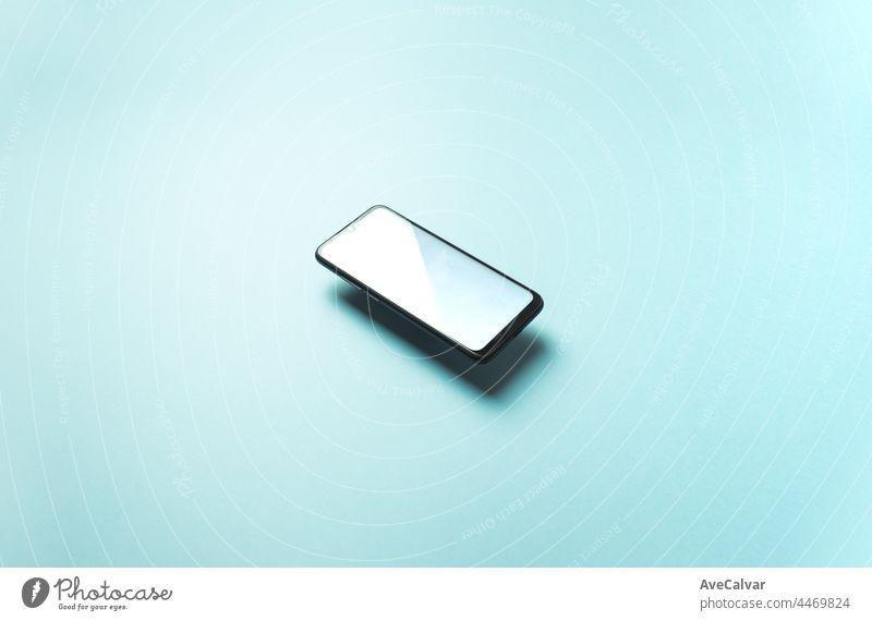 Top-Ansicht des Mobiltelefons schwimmenden leeren scree Vorlage auf Pastell Pastell blauen Hintergrund mit Kopie Raum, minimales Design, Formen, bunte b Telefon