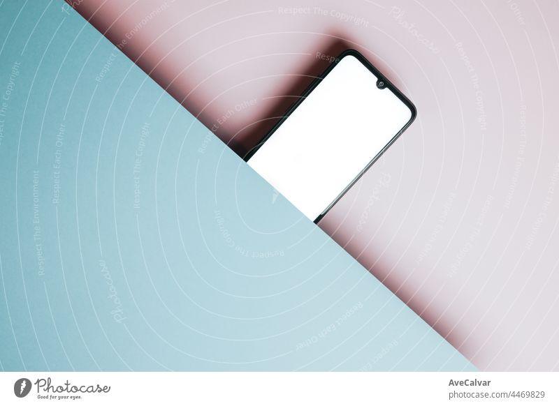 Draufsicht auf Handy-Bildschirm leere Vorlage auf rosa und blauen Hintergrund mit Kopie Raum, minimales Design, Formen, bunten Hintergrund, jungen Stil, Transgender-Flagge,