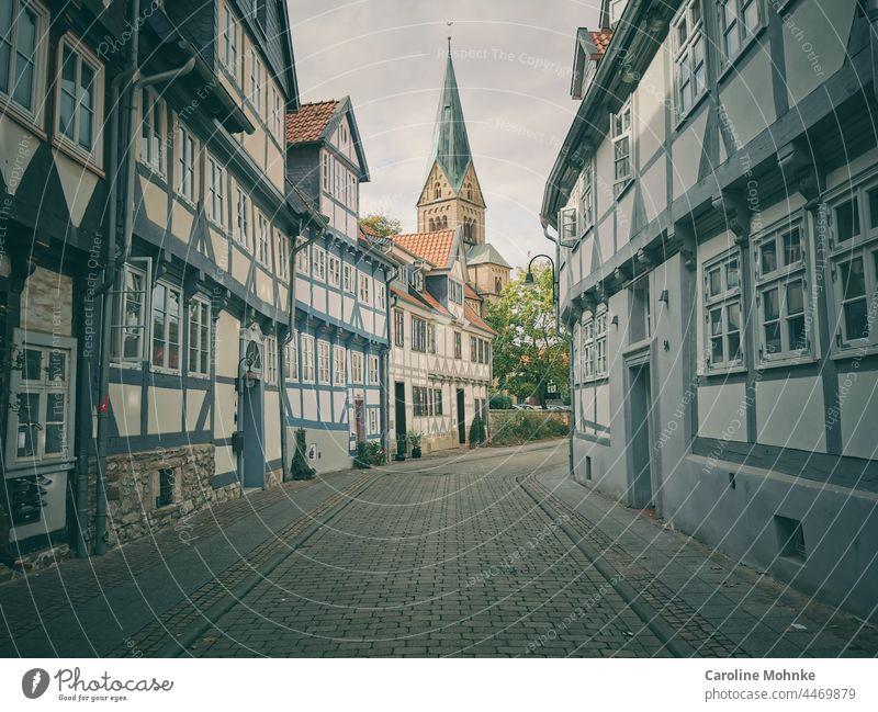 Häuserreihen in Wolfenbüttel mit Blick auf den Kirchturm Alststadt historisch Altbau fenster Tradition vergangenheit ästhetisch retro Ziegeldach gemütlich