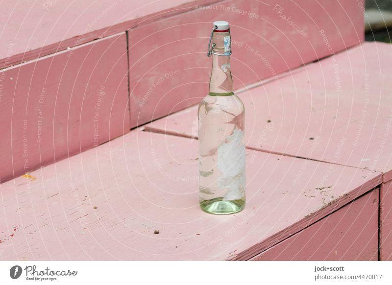 auf einer Treppe eine Flasche mit Bügelverschluss Hintergrund neutral Dinge Glasflasche Verschluss Design Bügelflasche Etikett abgerissen abgestellt leer rosa