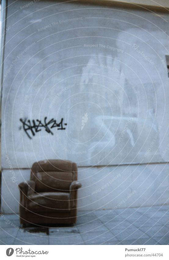 Rastplatz I alt ruhig Einsamkeit Berlin Wand grau Graffiti braun Beton sitzen Platz leer trist Pause Häusliches Leben weich
