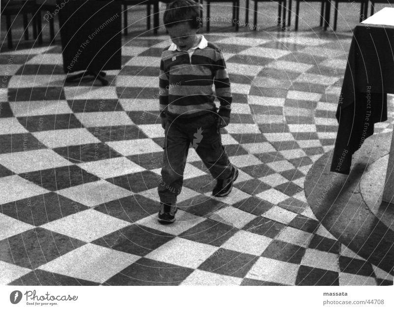 konzentrieres kirchen-kastl-hüpfen Kind Mann Denken Religion & Glaube Konzentration Langeweile
