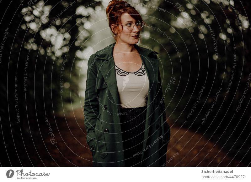 Portraitaufnahme Waldweg Porträt Frau feminin Mensch Junge Frau Außenaufnahme Vintage Herbst herbstlich dunkel Starke Tiefenschärfe Blick zur Seite Mantel