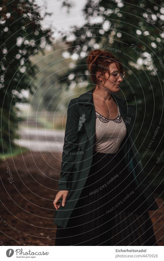 Portraitaufnahme Porträt Außenaufnahme Erwachsene Frau feminin Junge Frau Herbst herbstlich Weg Farbfoto dunkel Starke Tiefenschärfe Vintage