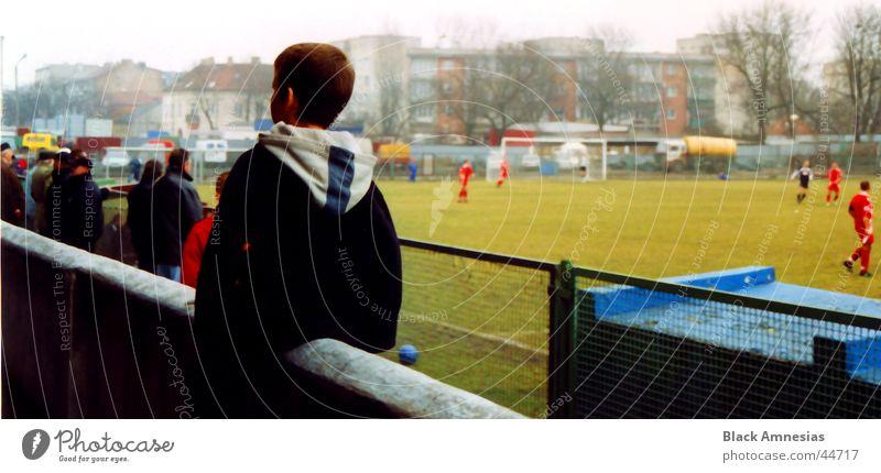 ein wahrer Balanceakt Mensch Mann Junge Mauer Fußball Rücken Stadion