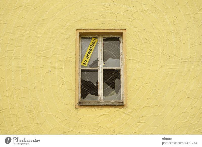 eine gelbe Hauswand mit einem zerschlagenen Fenster und dem Schild  - zu erwerben - Immobilie Immobilienmarkt Glasscheibe kaputt Fassade Häusliches Leben wohnen