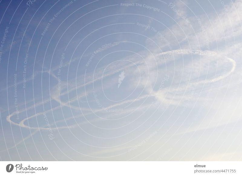 Schleifen von Kondensstreifen am blauen Himmel / Chemtrails / Homomutatus himmelblau Atmosphäre Eiskristalle fliegen künstliche Wolken Luftfahrtechnik