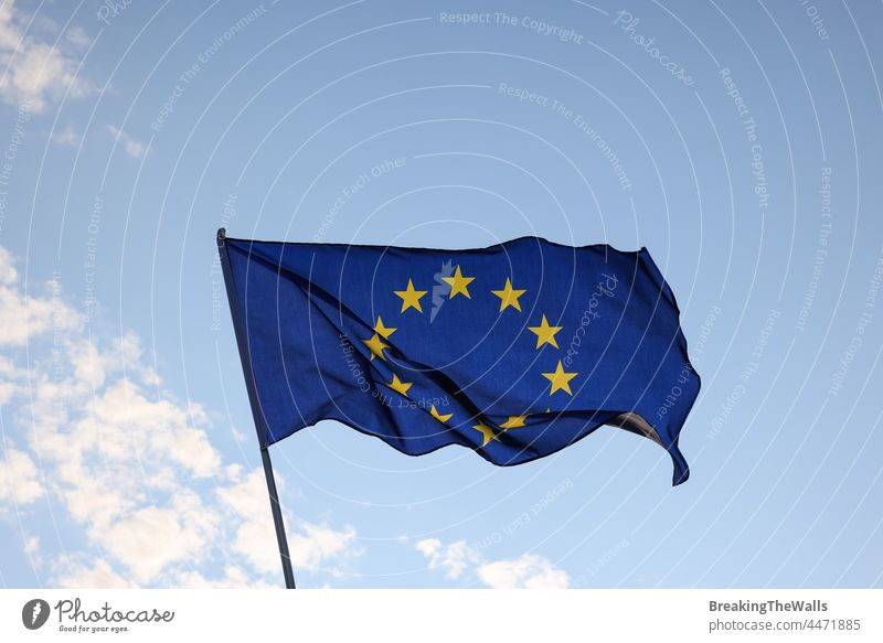 Europäische Union EU-Flagge weht vor blauem Himmel Fahne Europäer Europa übersichtlich fliegen winken Wind Flagstaff Fahnenmast winkend Fliege Nahaufnahme Seite