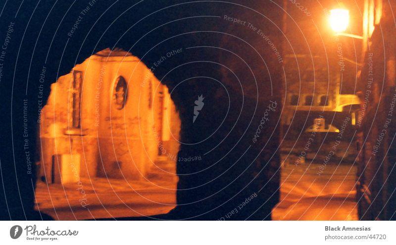 Nachtimpression eines Torbogens alt Ferien & Urlaub & Reisen schwarz Straße Lampe Gebäude Architektur historisch Stadtzentrum Torbogen Torun