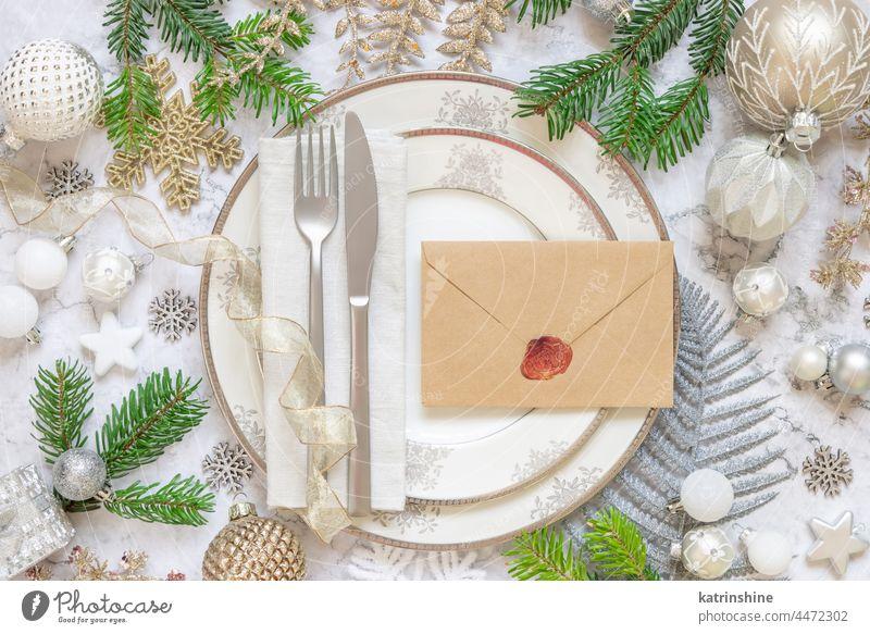 Festlich gedeckter Tisch mit Tannenzweigen und Weihnachtsschmuck. Briefumschlag Mockup Weihnachten Attrappe Kuvert Stubenschmuck Dekor Feiertag Neujahr weiß