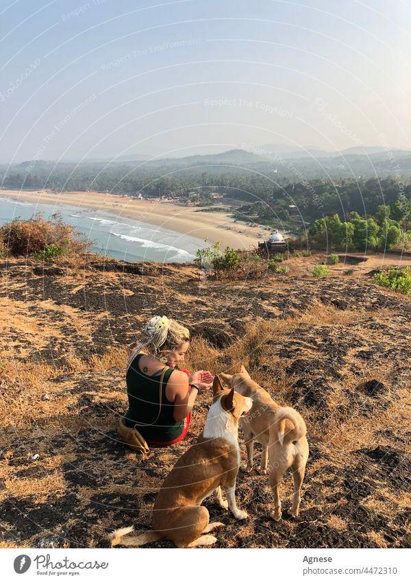 Mädchen mit Hunden in Indien Frau MEER Meerblick indischer Lebensstil Natur Sonnenaufgang