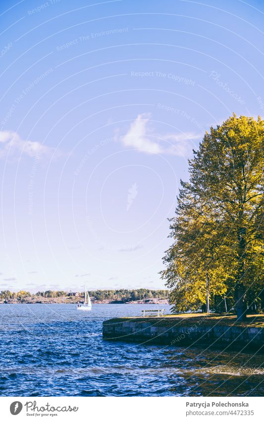 Segelboot auf dem Meer bei der Insel Suomenlinna in Finnland MEER Ostsee suomenlinna fallen Herbst Landschaft sonnig Helsinki