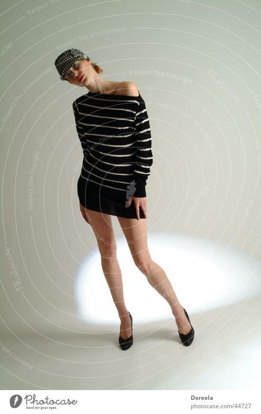 November Frau weiß Beine Hut Pullover gestreift Zebra Damenschuhe