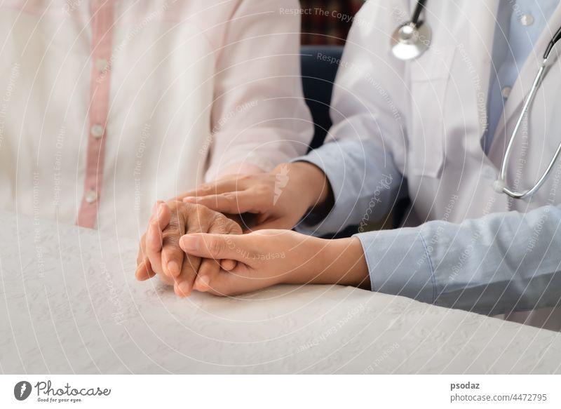 Arzt hält die Hände zusammen und hält eine ältere Patientin Sucht Erwachsener gealtert Unterstützung Pflege Kaukasier Nahaufnahme Mitteilung Mitgefühl Konzept