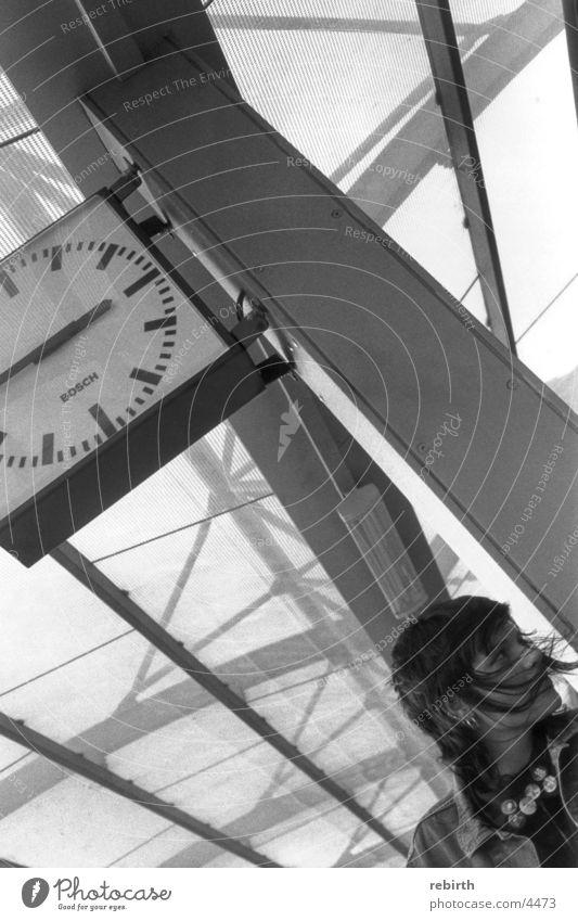 timeout Termin & Datum Fahrplan Stress Frau Bahnhof Eile