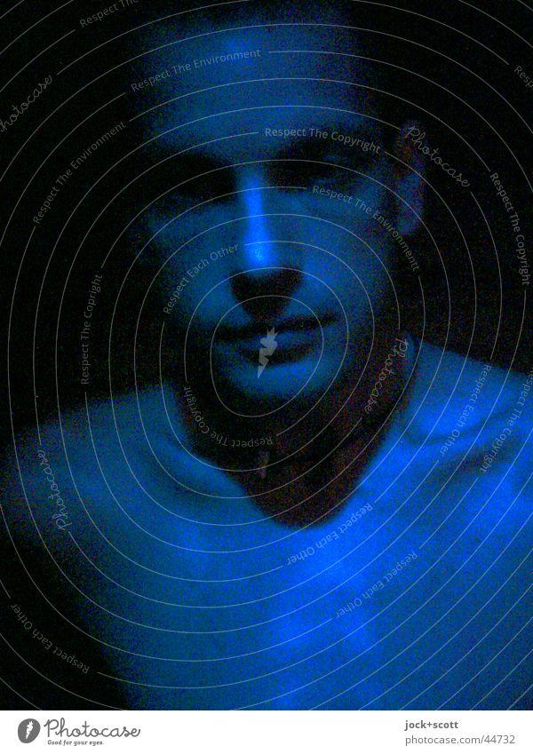 Mann im Schein Mensch Jugendliche Mann blau nackt Farbe 18-30 Jahre Erotik Gesicht Erwachsene Haut authentisch frisch dünn nah Gesichtsausdruck