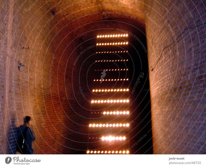 Reservoir Mensch Mann Ferne dunkel Erwachsene Wand Mauer Stil Stimmung träumen Streifen Kultur historisch Veranstaltung Backstein Leiter