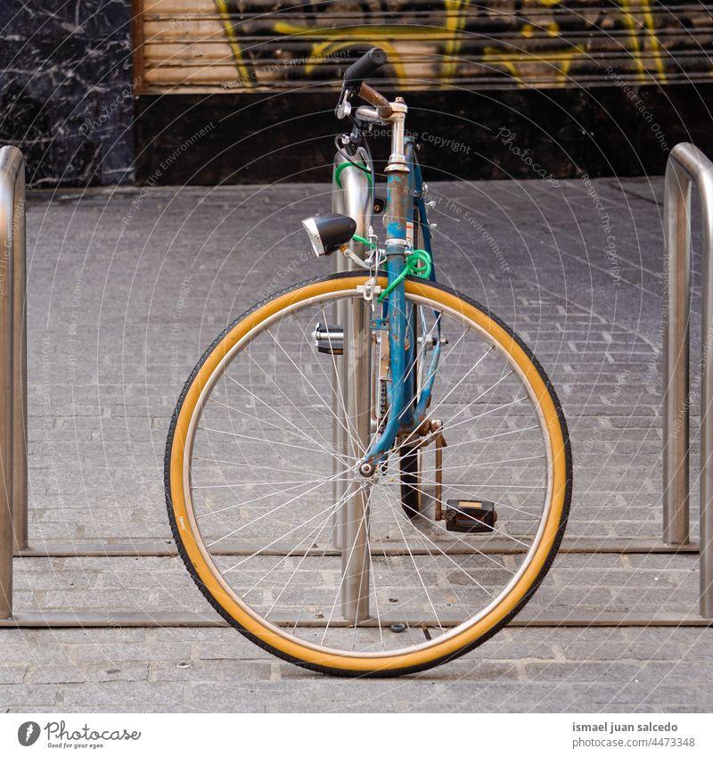 blaues Fahrrad auf der Straße Verkehrsmittel Transport Fahrradfahren Radfahren Zyklus Sitz Lenker Objekt Sport Hobby Lifestyle im Freien