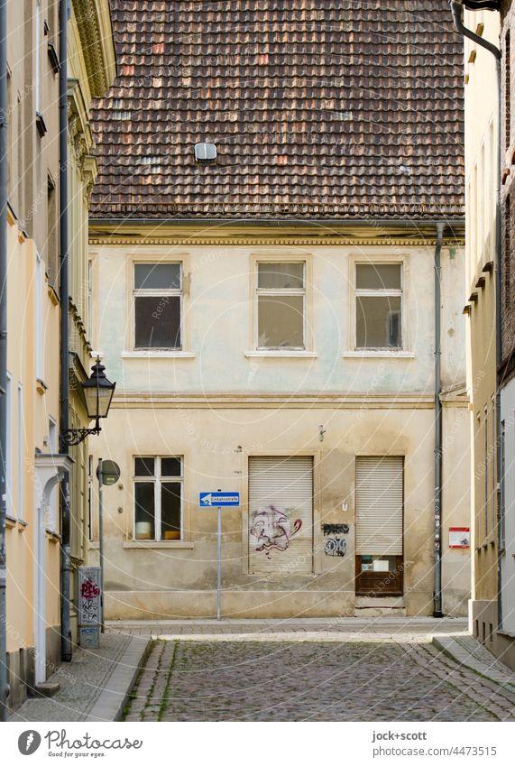 Einbahnstraße trifft auf Einbahnstraße in der Altstadt wie ausgestorben Haus Architektur Straße Kopfsteinpflaster Fassade Gasse Brandenburg an der Havel