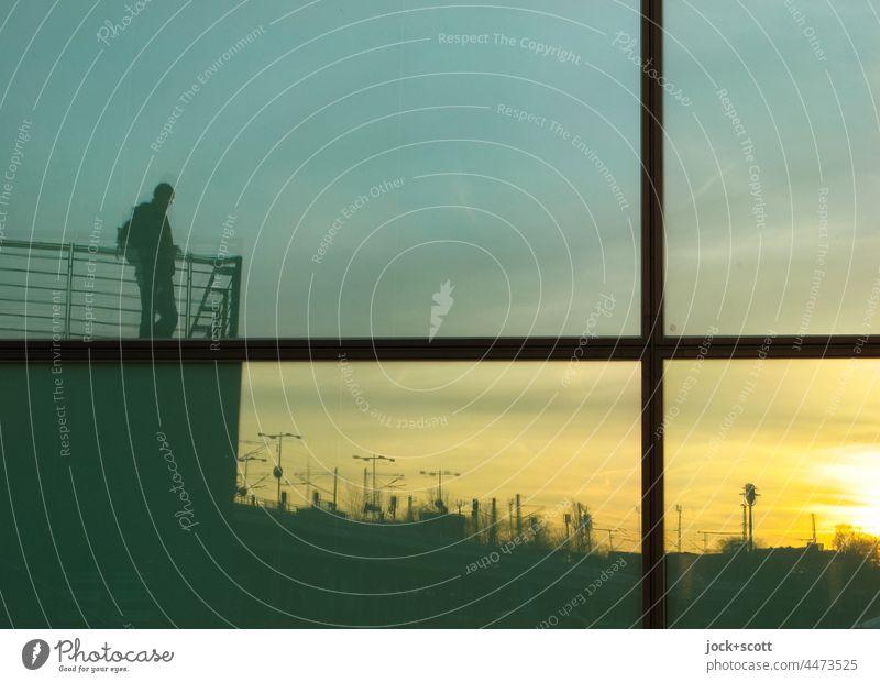 reflektierte Aussicht auf den Sonnenuntergang Fenster Reflexion & Spiegelung Silhouette Fassade Glasscheibe Aussichtspunkt Wetterstation Fensterkreuz Person