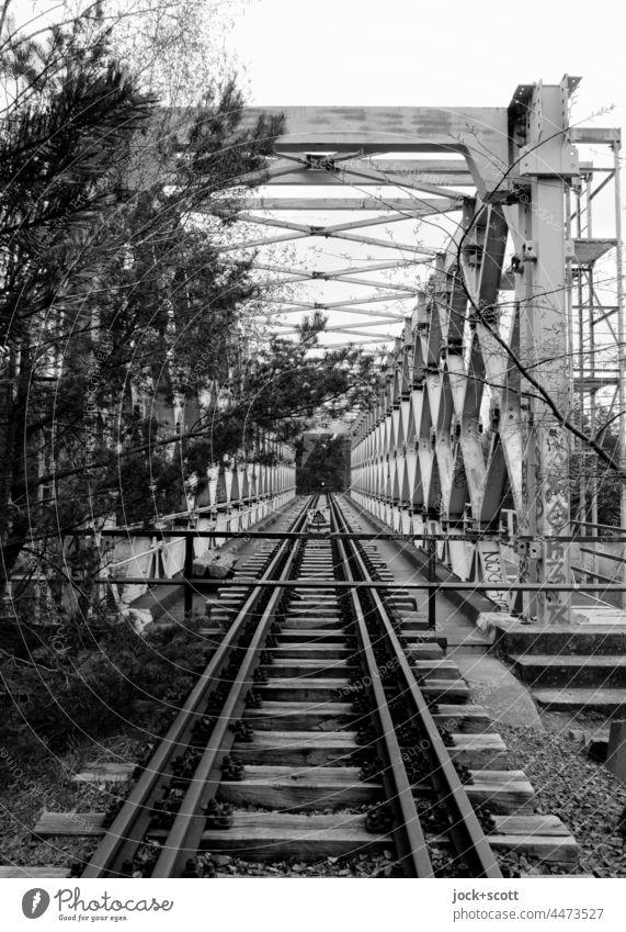 verlorene Fachwerkbrücke zwischen der Zeit Brücke Eisenbahnstrecke Architektur Eisenbahnbrücke Verkehrswege lost places Gleise Strukturen & Formen