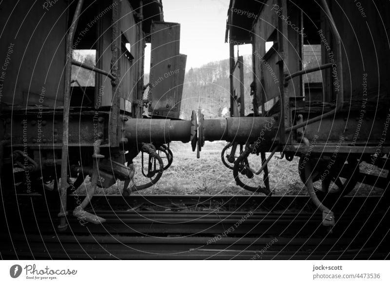 ausgemusterte verlassene Waggons rosten vor sich hin Eisenbahnwaggon Gleise Silhouette Wrack Geisterzug Zug lost places Verfall Wandel & Veränderung