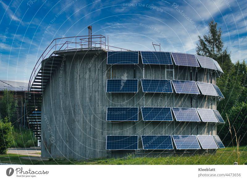 Photovoltaikaikanlage an einem runden Betongebäude - Erneuerbare Energien Energiewirtschaft Technik & Technologie Himmel blauer Himmel Umweltschutz