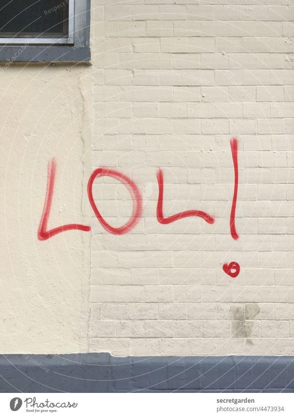 Altmodisch mit Ausrufezeichen lol Graffiti Wand Schmiererei Hauswand Stadt Schriftzeichen Mauer Fassade Buchstaben Jugendkultur Subkultur Typographie