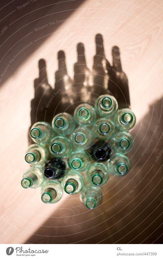 helles und dunkles Feste & Feiern Wohnung Raum Häusliches Leben Glas Geburtstag Boden Getränk Bier Flasche Alkohol Sucht Schattenspiel Bierflasche Flaschenhals