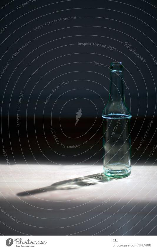 flasche leer Getränk trinken Erfrischungsgetränk Bier Flasche Alkohol Wohnung Raum Feste & Feiern dunkel einfach sparsam Hemmungslosigkeit Alkoholsucht Sucht