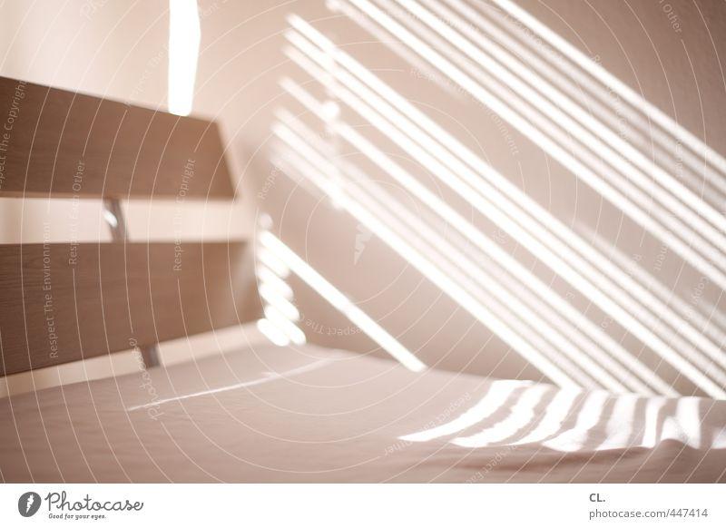 bett Häusliches Leben Wohnung Innenarchitektur Bett Raum ästhetisch hell Glück Geborgenheit Warmherzigkeit ruhig Bettwäsche Bettdecke Decke Bettgestell
