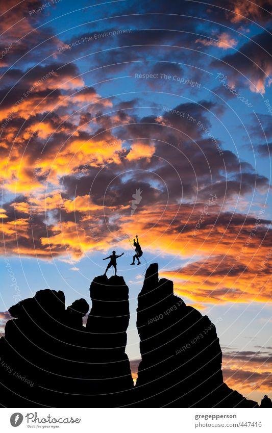 Mensch Jugendliche Mann Wolken Erwachsene 18-30 Jahre springen maskulin Erfolg Abenteuer Gipfel Klettern Vertrauen Höhenangst Mut Flugangst
