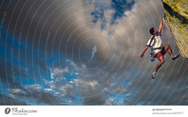 Mensch Jugendliche Wolken Erwachsene 18-30 Jahre maskulin Erfolg Abenteuer Gipfel Klettern Höhenangst Mut Gleichgewicht Top selbstbewußt Bergsteigen