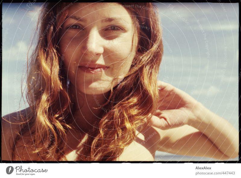 Frau Sommers Semesterferienporträt Jugendliche Ferien & Urlaub & Reisen schön Hand Junge Frau Freude Strand Erwachsene 18-30 Jahre Haare & Frisuren Glück Kopf