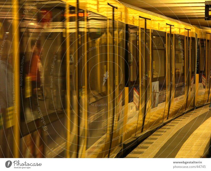 U2 Stadt U-Bahn Pankow Alexanderplatz gelb Station Verkehr Berlin