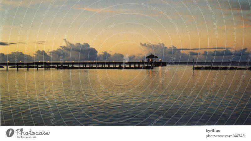Ruhe vor dem Sturm Wasser Meer ruhig Wolken Regenschirm Steg Malediven