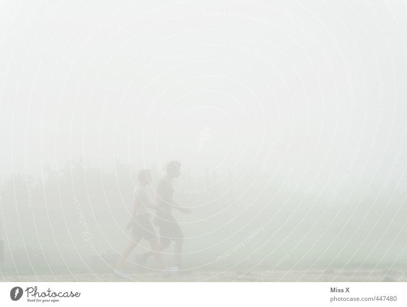 Jogger im Nebel Mensch Jugendliche Erwachsene dunkel kalt 18-30 Jahre Sport Bewegung Wege & Pfade Paar Freundschaft Wetter Nebel wandern Fitness sportlich