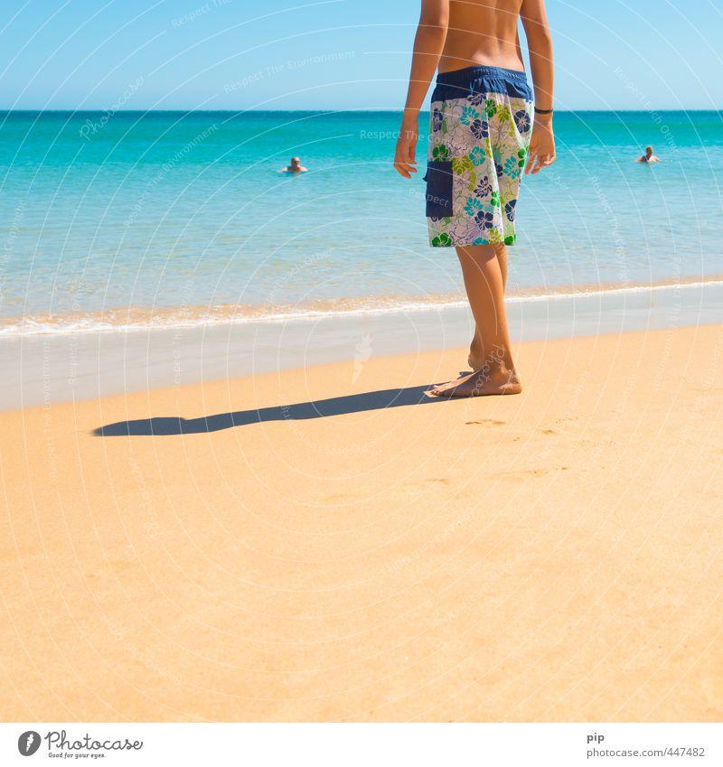 · | · Mensch Junge Junger Mann Jugendliche Leben Rücken Beine Fuß 1 Natur Sand Wasser Sommer Schönes Wetter Küste Strand Meer Schwimmen & Baden stehen exotisch