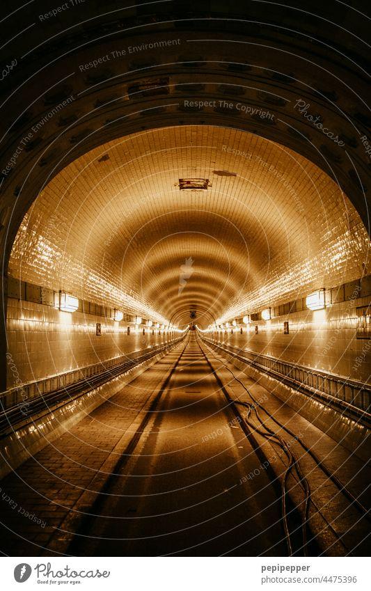alter Elbtunnel Alter Elbtunnel Sankt Pauli-Elbtunnel Hamburg Tunnel Straße Innenaufnahme Licht Kunstlicht historisch dunkel Architektur unterirdisch