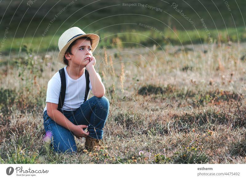 Nachdenkliches Kind mit weißem T-Shirt und Hut Kindheit nostalgisch nachdenklich Gedanke Einsamkeit einsam Zukunft Ausdruck Freiheit Unschuld unglücklich