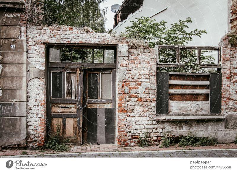 Vergänglich – altes abrissreifes Haus – lost places Vergänglichkeit vergänglich Hausruine Ruine altes haus Verfall kaputt Zerstörung Wand Mauer Fassade